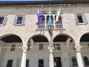 Zastava LGBTIQ+ ponosa u Puli